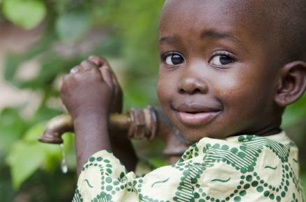 Afrikai kisfiú vízcsap