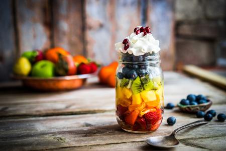 Gyümölcsök fa asztalon