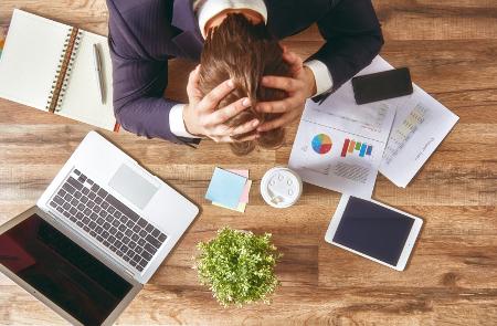 Stressz férfi íróasztal