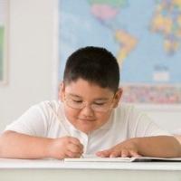 füzetbe író kövér kisfiú, elhízás, kézügyesség, koordinációs készség