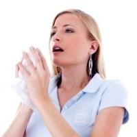 tüsszentő nő, allergia, stressz