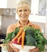 idős nő zöldségekkel, brokkoli, hólyagrák