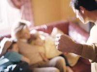 családjára kezet emelő férfi, családon belüli erőszak