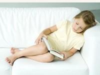 könyvet olvasó kislány, olvasás, diszlexia