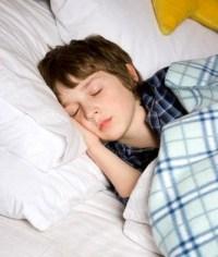 alvó kisfiú éjszakai ágybavizelés bepisilés