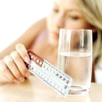 fogamzásgátló tablettát tartó nő, párkapcsolat