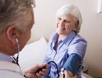 vérnyomást mérő orvos, magas vérnyomás