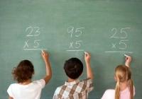 kisgyerekek iskolai tábla előtt, matematika
