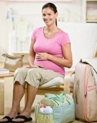 terhes nő táskákkal, szülés, kórházi lista