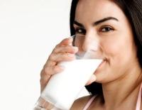 tejet ivó nő, tej, kalcium, fogyás